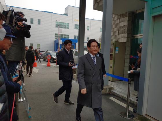 14일 오후 수원지법 성남지원서 열린 2차 공판 출석위해 법정으로 향하고 있는 이재명 경기도지사. 김민욱 기자