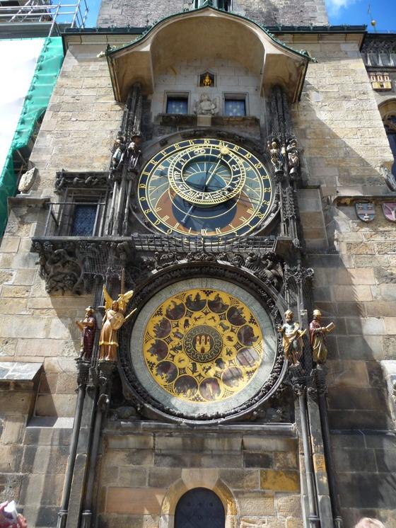 2 체코 프라하의 천문시계. 맨 위의 창문 두 개는 정각에 열리는데, 이때 창문을 통해 열두 사도가 회전하는 등 자동인형 쇼가 벌어진다.
