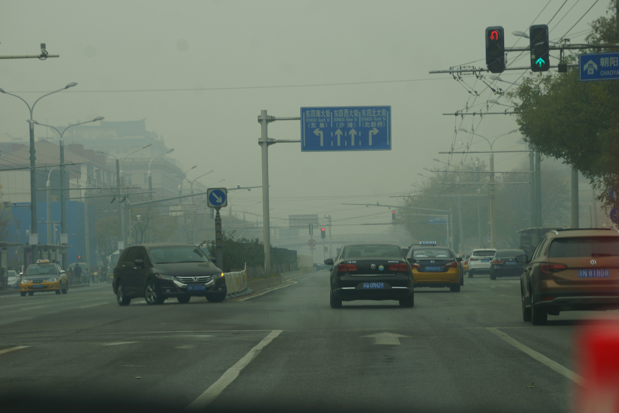 지난해 11월 26일 미세먼지가 가득한 중국 베이징 시내. 한낮인데도 신호등 불빛도 잘 보이지 않았다. 베이징=강찬수 기자