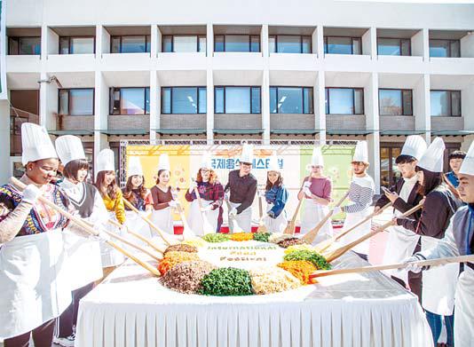 서울시립대는 사회공헌활동 등 다양한 나눔활동을 통해 지역사회에 기여하고 있다. 사진은 국제음식페스티벌(왼쪽)과 동아리시민문화제 모습. [사진 서울시립대]