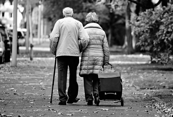 SKY 대학생들을 대상으로 한 의식조사에서 80%가 부모가 63세에 세상을 떠났으면 좋겠다고 응답했다. 그러나 나는 이 뉴스를 보자마자 '가짜 뉴스'라는 확신이 들었다. [사진 pixabay]