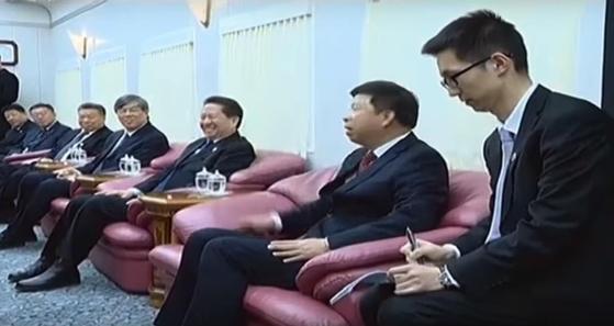 지난 7일 단둥역에 마중 나온 쑹타오 중국 대외연락부장(오른쪽에서 둘째) 옆 갈색 협탁도 지난해 3월보다 사이즈가 커졌다. [조선중앙TV]