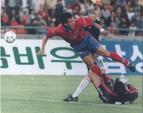 황선홍 포항 감독이 현역 시절인 1998년 중국과의 평가전에서 거친 태클을 당해 넘어지는 모습. [중앙포토]