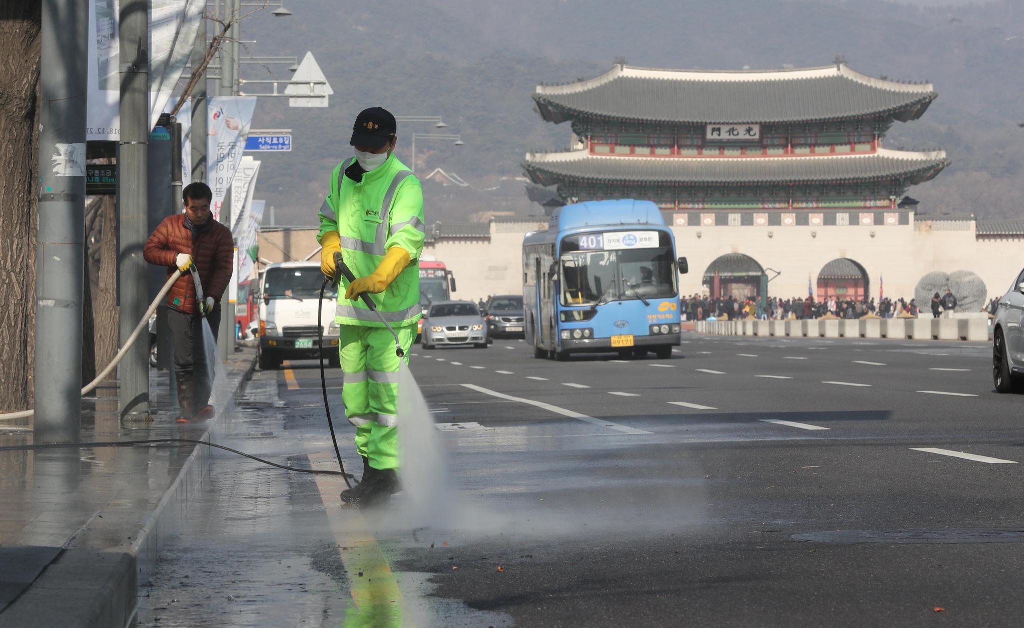 미세먼지, 초미세먼지 농도가 나쁨 수준을 보인 13일 오후 서울 종로구청 관계자들이 세종문화회관 앞 도로를 청소하고 있다. 강정현 기자