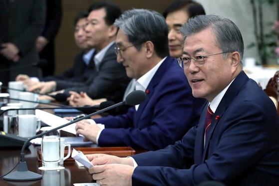 14일 오후 청와대 여민관에서 열린 수석보좌관회의에서 문재인 대통령(오른쪽)이 모두발언을 하고 있다. [청와대사진기자단]