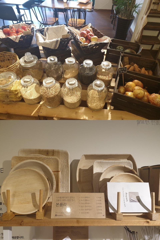 '더 피커'에서는 비닐포장 없이 과일은 바구니에, 곡물은 유리병에 담아 판매한다. 아래는 결이 살아있는 야자나뭇잎 접시. 이가영 기자