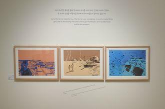 2017년 덴마크 최고의 일러스트레이션 어워드 수상 작가이자 만화가로 활동하는 라스 호네만은 시리아 전쟁으로부터 도망치려던 소녀 아미나의 이야기를 그래픽 노블 『제노비아』에 담았다.