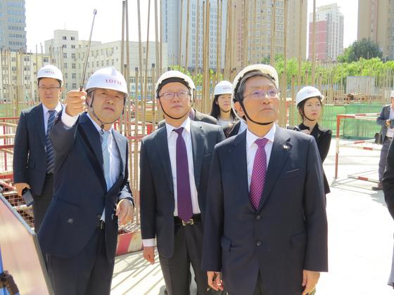 노영민 전 주중대사(앞줄 오른쪽)가 지난해 8월 18일 오후 중국 랴오닝성 선양을 방문해 주한미군 사드(THAAD.고고도미사일방어체계) 사태 여파로 공사가 중지된 '선양 롯데월드' 공사현장을 둘러보고 있다. [중앙포토]