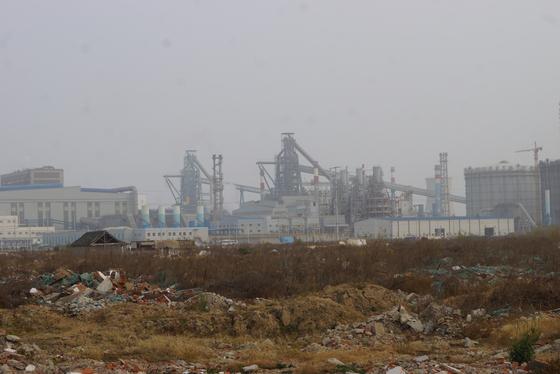 중국 산둥성 칭다오의 한 철강공장. 지구온난화가 계속되면 산둥반도 등 중국에서 배출하는 대기오염 물질이 한반도로 더 많이 유입될 수도 있다. 산둥=강찬수 기자