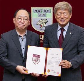 엘앤피 권오섭 회장(왼쪽)은 2016년 120억원을 비롯 고려대에 140억원을 기증했다. [사진 고려대]