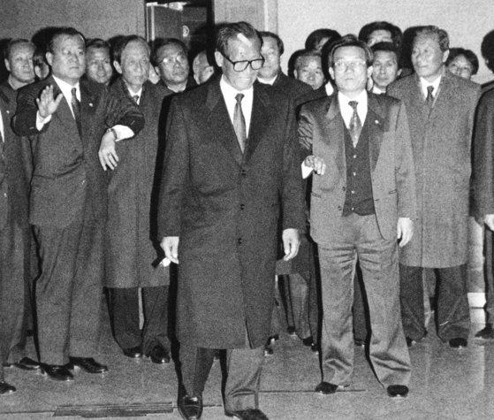 고 정주영 당시 국민당대표가 1993년 1월 15일 밤 서울지검에서 대선법위반 혐의에 대한 조사를 받고 당직자와 의원들의 호위를 받은며 서울지검 청사를 나서고 있다. 출석 당시 충돌로 머리에 상처를 입어 밴드를 붙인 모습이다. [중앙DB]