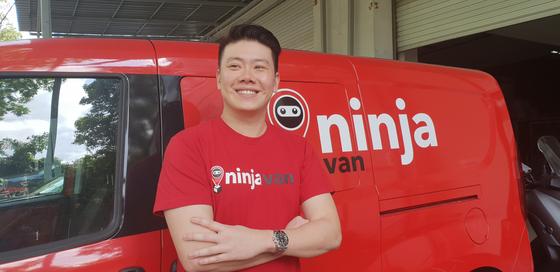 라이 창 웬 닌자밴 최고경영자(CEO)가 싱가포르에 있는 본사 사무실 앞에서 배송차량을 배경으로 기념 촬영을 하고 있다. 이상재 기자