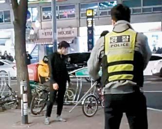 지난 13일 암사역에서 흉기 난동을 벌이던 10대가 출동한 경찰과 대치하고 있다. [동영상 캡처]