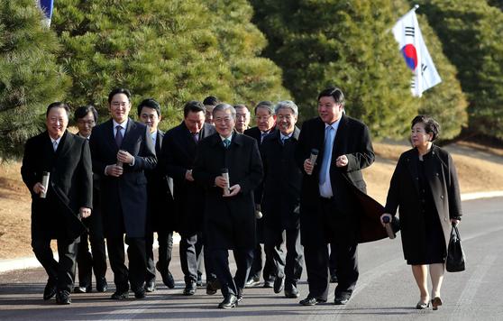 문재인 대통령이 15일 오후 청와대 영빈관에서 열린 '2019 기업인과의 대화'를 마치고 기업인들과 청와대 경내를 산책하고 있다.[사진 청와대사진기자단]
