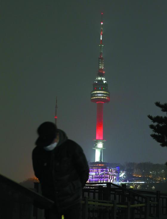 붉게 물든 남산타워 ... 사상 첫 사흘 연속 미세먼지 비상조치
