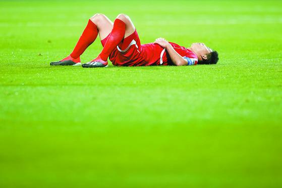 카타르에 0-6으로 완패한 직후, 북한 선수가 그라운드에 쓰러져 허탈해하고 있다. [EPA=연합뉴스]