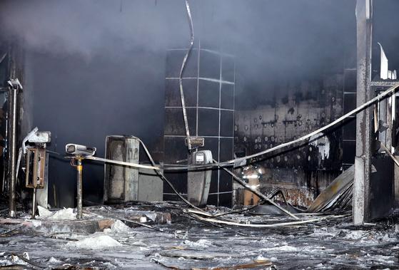 충남 천안시 서북구 쌍용동 라마다앙코르 호텔에서 화재가 발생한 14일 소방대원들이 화재 현장에서 잔불 및 대피하지 못한 인원 등을 살펴보고 있다. [뉴스1]