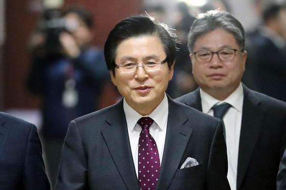 황교안 전 총리가 입당식을 위해 15일 오전 국회 본청 자유한국당 회의실로 이동하고 있다. [연합뉴스]