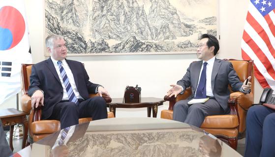 이도훈(오른쪽) 한반도평화교섭본부장과 스티븐 비건 미국 대북정책 특별대표가 지난해 외교부 청사에서 면담을 하고 있는 모습. 양측은 이번주 한미 워킹그룹 화상회의로 다시 조우한다.     우상조 기자
