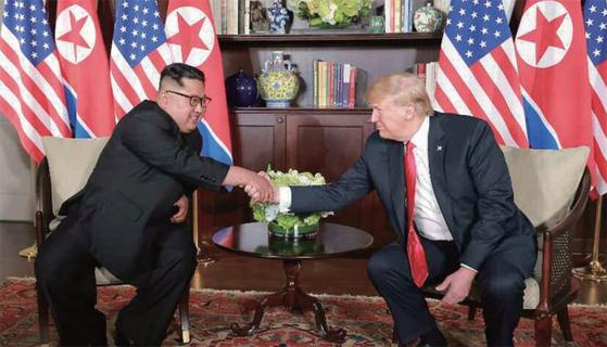 지난해 6월 12일 싱가포르에서 정상회담을 가진 김정은 북한 국무위원장과 도널드 트럼프 미국 대통령. [연합뉴스]