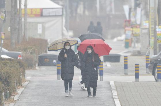미세먼지 농도가 매우나쁨 단계를 보이며 연일 미세먼지 비상저감 조치가 발령된 15일 대전의 한 거리에서 대부분 시민들이 마스크를 착용하고 이동하고 있다.김성태/20149.01.15.