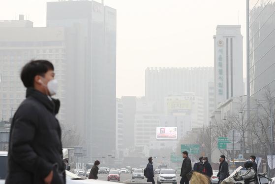 미세먼지 농도 '매우나쁨' 수준을 보인 15일 오전 서울 광화문 광장에서 바라본 하늘이 탁하다. [연합뉴스]