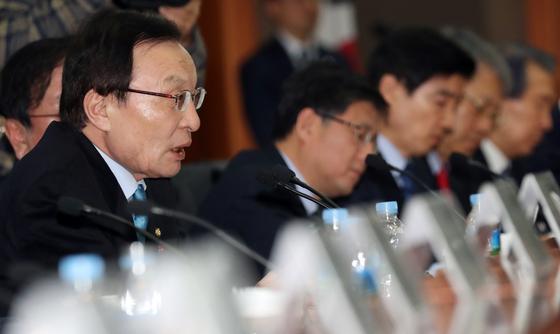 이해찬 더불어민주당 대표(왼쪽)가 15일 서울 여의도 금융투자협회에서 열린 금융투자업계 현장방문 간담회에서 모두발언을 하고 있다. [뉴스1]