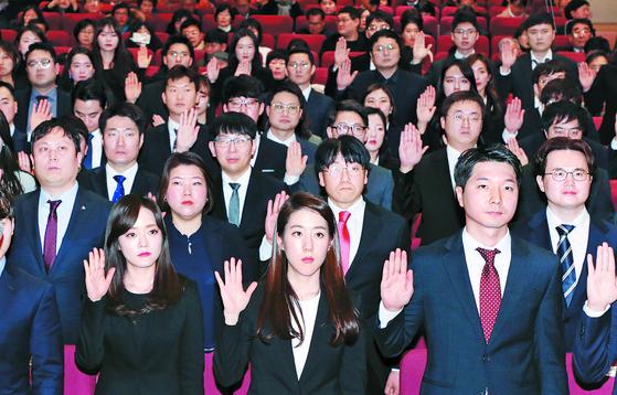 '제48회 사법연수생 수료식'이 14일 오후 경기도 고양시 일산동구 사법연수원에서 열렸다. 사법연수생 117명( 46기 1명, 47기 4명, 48기 112명)이 서약 선서를 하고 있다. [뉴스1]