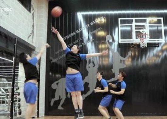 엘앤피 사옥 지하2층에 있는 피트니스 센터를 가면 평일 낮에도 이렇게 농구를 하는 직원들을 쉽게 만날 수 있다. 근무중이라도 농구는 물론 골프 레슨까지 받을 수 있다. [사진 엘앤피코스메틱]