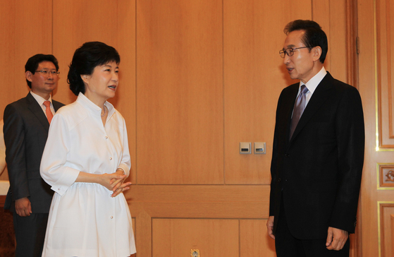 박근혜 새누리당 대통령 후보와 이명박 대통령이 이야기를 하고 있다.[ 사진공동취재단 ]