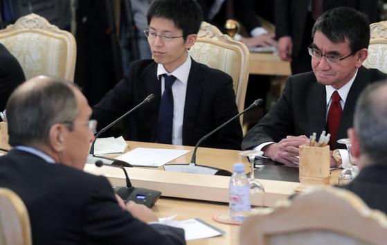 14일 러시아 모스크바에서 고노 일본외상과 라브로프 러시아 외무장관이 회담하고 있다. [EPA=연합뉴스]
