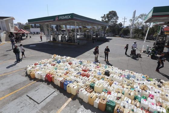 지난 9일(현지시간) 멕시코 미초아칸주 모렐리아시 한 주유소앞에 석유를 구하기위한 연료통이 가득하게 자리했다. [EPA=연합뉴스]
