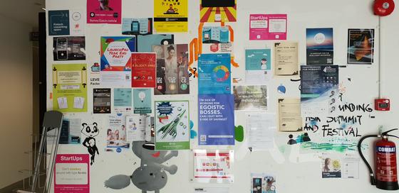 싱가포르 '원노스' 지역 내 스타트업 단지에 붙어 있는 회사 안내 표지판. 원노스는 싱가포르 정부 투자회사인 JTC가 매립지 5만6000㎡ 부지에 첨단 산업단지를 조성한 곳인데, 여기에 840여 개의 스타트업이 입주해 있다. 이상재 기자