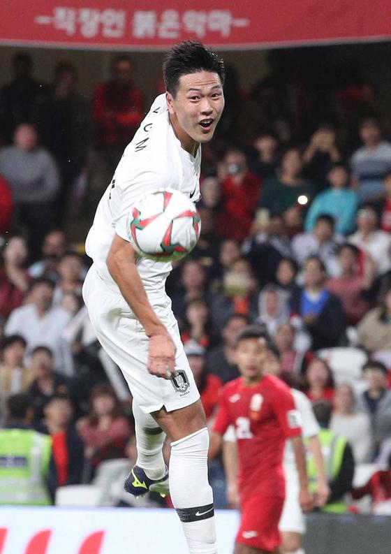 축구대표팀 중앙수비 김영권이 11일 키르기스스탄과 아시안컵 2차전에서 헤딩슛을 하고 있다.[뉴스1]