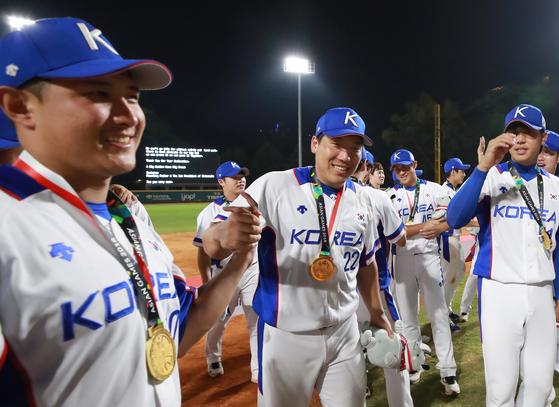 2018 자카르타·팔렘방 아시안게임 결승에서 일본을 물리치고 금메달을 따낸 야구대표팀. [연합뉴스]