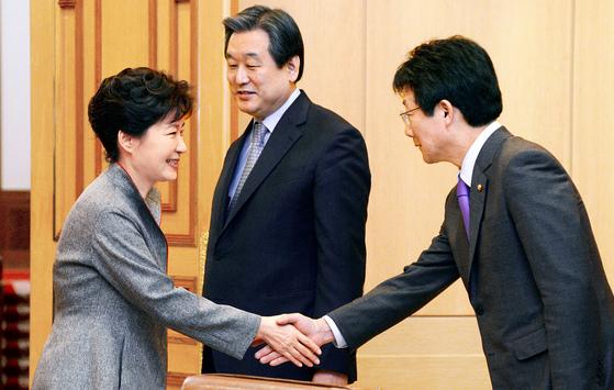박근혜 대통령과 유승민 원내대표가 악수하고 있다. [중앙포토]