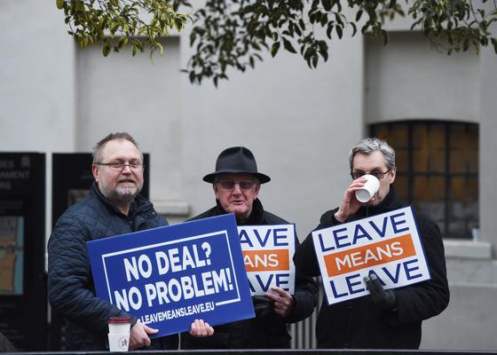 영국 의사당 밖에서 노 딜 브렉시트도 상관 없다는 푯말을 들고 있는 시민들 [EPA=연합뉴스]