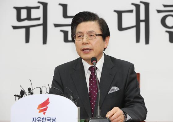황교안 전 총리가 15일 오전 국회 본청 자유한국당 회의실에서 입당 기자회견을 하고 있다. [연합뉴스]