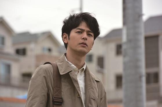 영화 '우행록:어리석은 자의 기록'에서 츠마부키 사토시가 연기한 주인공 다나카. 시사잡지 기자인 그는 1년 전 일본을 뒤흔든 일가족 살인사건을 뒤쫓는다. [사진 풍경소리]