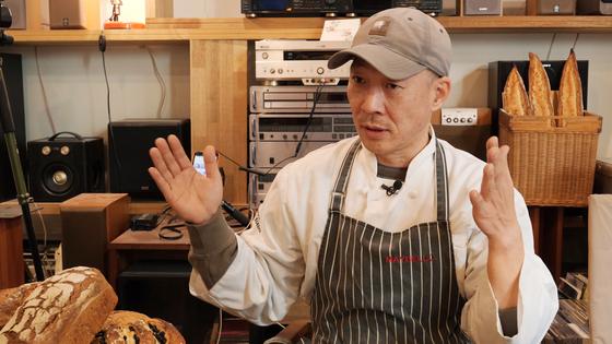 지난 5일 서울 한남동 오월의 종 매장에서 만난 정웅 대표가 온라인 식품 유통 플랫폼 진출 당시 상황을 설명하고 있다.