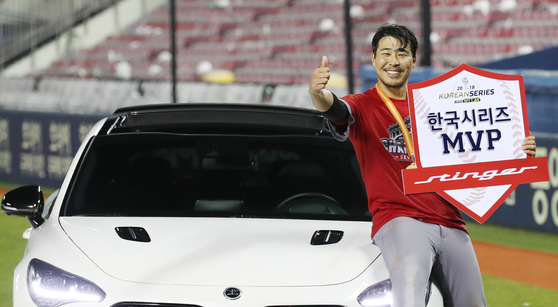 SK 와이번스가 한국시리즈 우승을 차지, 한동민이 MVP를 수상하며 포즈를 취하고 있다. 양광삼 기자