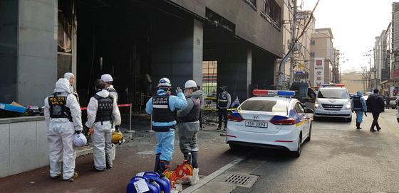 경찰과 소방서관계자들이 15일 충남 천안시 라마다앙코르호텔에서 합동감식을 벌이고 있다. 신진호 기자