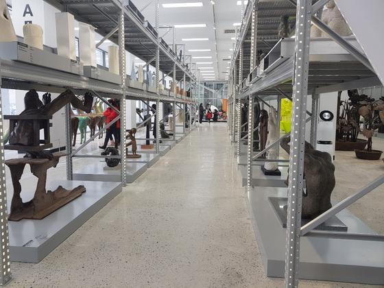 국립현대미술관 청주 1층에 있는 개방형 수장고에 미술작품들이 보관돼 있다. 최종권 기자