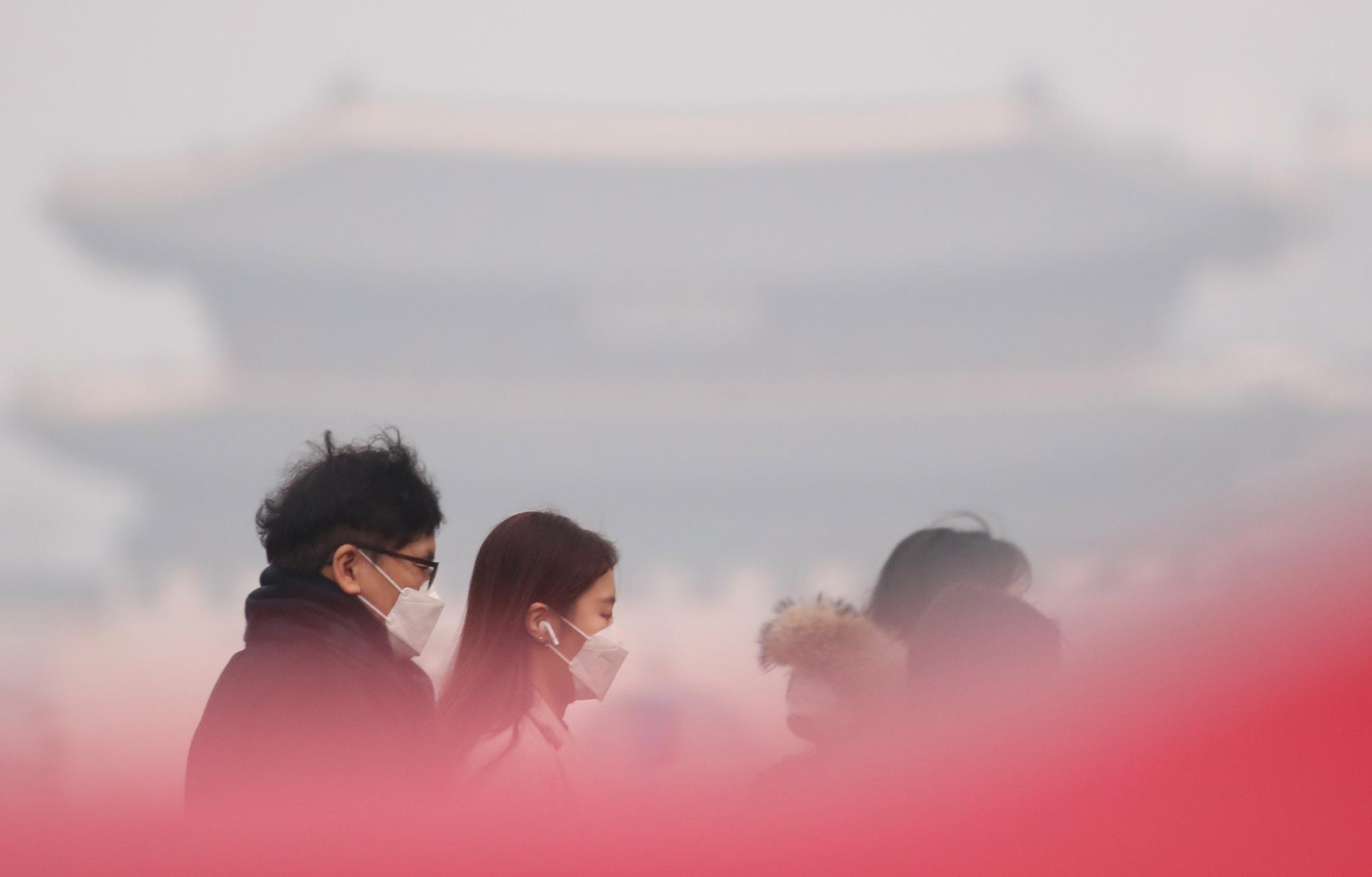 고농도 미세먼지가 기승을 부리면서 수도권을 포함한 전국 곳곳에 미세먼지 비상저감조치가 시행된 14일 오전 서울 종로구 광화문 세종대로 사거리에서 마스크를 쓴 출근길 시민들이 발걸음을 옮기고 있다. [연합뉴스]