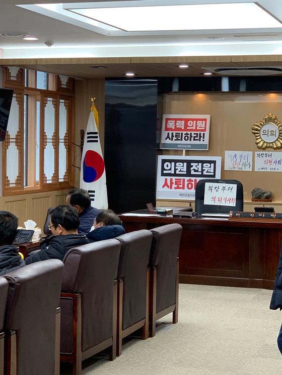 예천군의회 의장실. 의원 퇴진 등의 게시글이 붙어 있다. 김윤호 기자