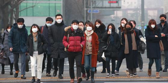 15일 오전 서울 세종대로 사거리에서 출근길 시민들이 마스크를 쓴 채 횡단보도를 건너고 있다. [연합뉴스]