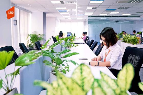베트남의 대표 IT 기업인 VNG는 창의력을 키워주는 근무 환경을 위해 사무실 곳곳에 휴식 공간과 녹지를 조성했다. 호찌민에 있는 VNG 본사의 직원들 책상마다 회사에서 제공한 화분이 놓여 있다. [사진 VNG]
