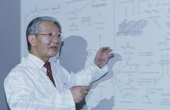 이상엽 KAIST 특훈교수가 14일 오후 대전 KAIST 연구실에서 미생물로부터 화학제품을 생산하는 모든 경로를 세계 최초로 총 정리한 '바이오 기반 화학물질 합성지도'를 설명하고 있다. 프리랜서 김성태