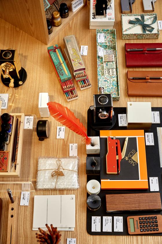 매장 안에는 모나미 제품뿐 아니라 가죽필통, 연필, 계산기 등 다양한 문구 제품을 만날 수 있어 문구 덕후들의 마음을 설레게 한다.