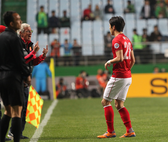 2014년 4월 광저우 헝다와 전북 현대의 아시아 챔피언스리그에서 리피 감독이 김영권에게 작전 지시를 하고 있다.[중앙포토]